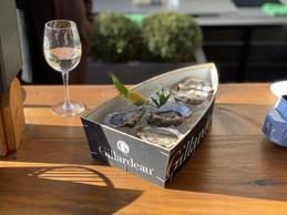 Six huîtres Gillardeau et un petit pinot blanc au soleil, voilà comment aborder les fêtes avec style! (Yasen Sarelakos)