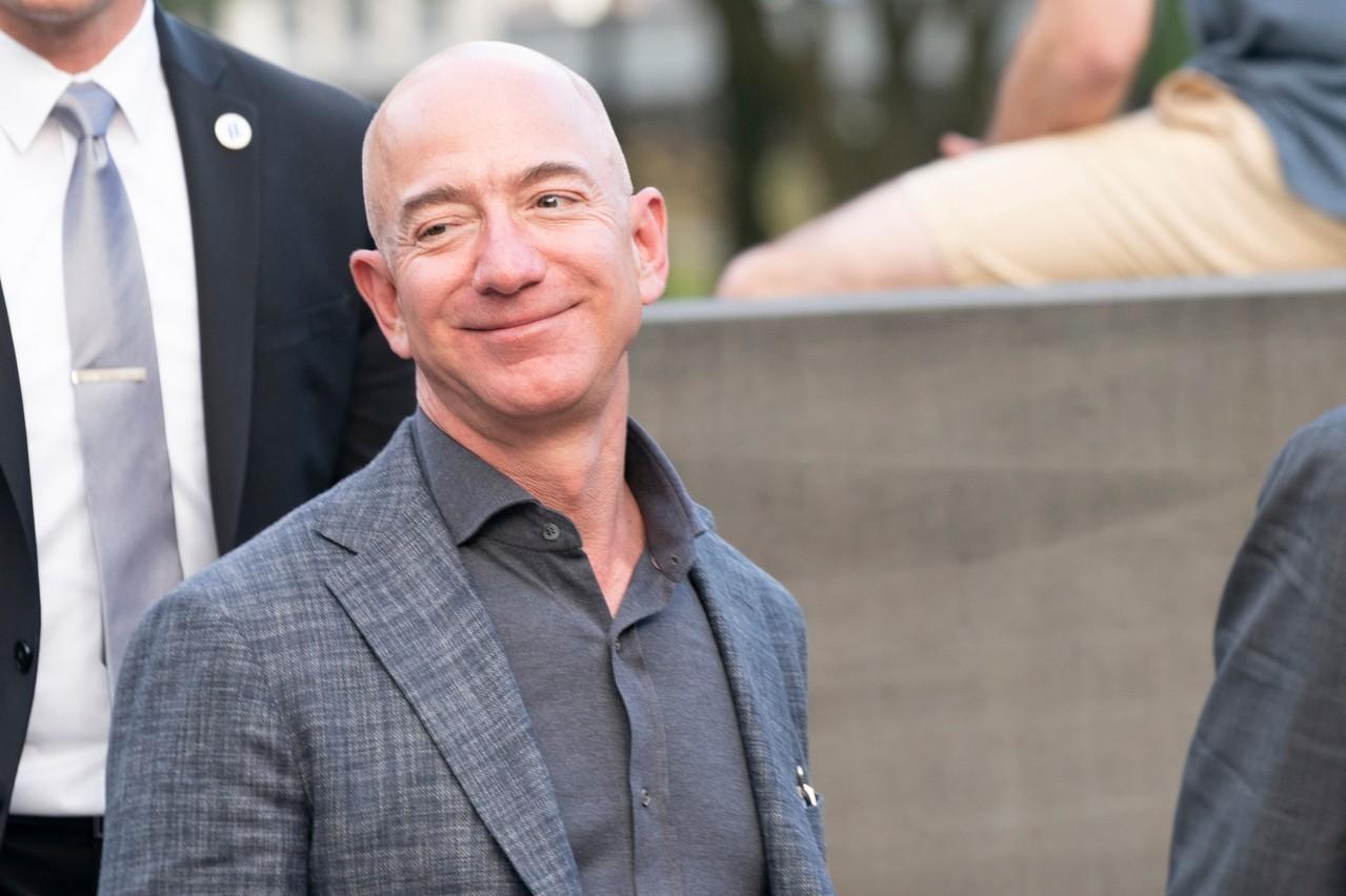 Crise «aidant», Amazon enregistre des commandes à un niveau record. Son CEO, Jeff Bezos, cherche à recruter 100.000 personnes pour répondre à la demande. En attendant qu'elles puissent reprendre leur job, modère-t-il. (Photo: Shutterstock)