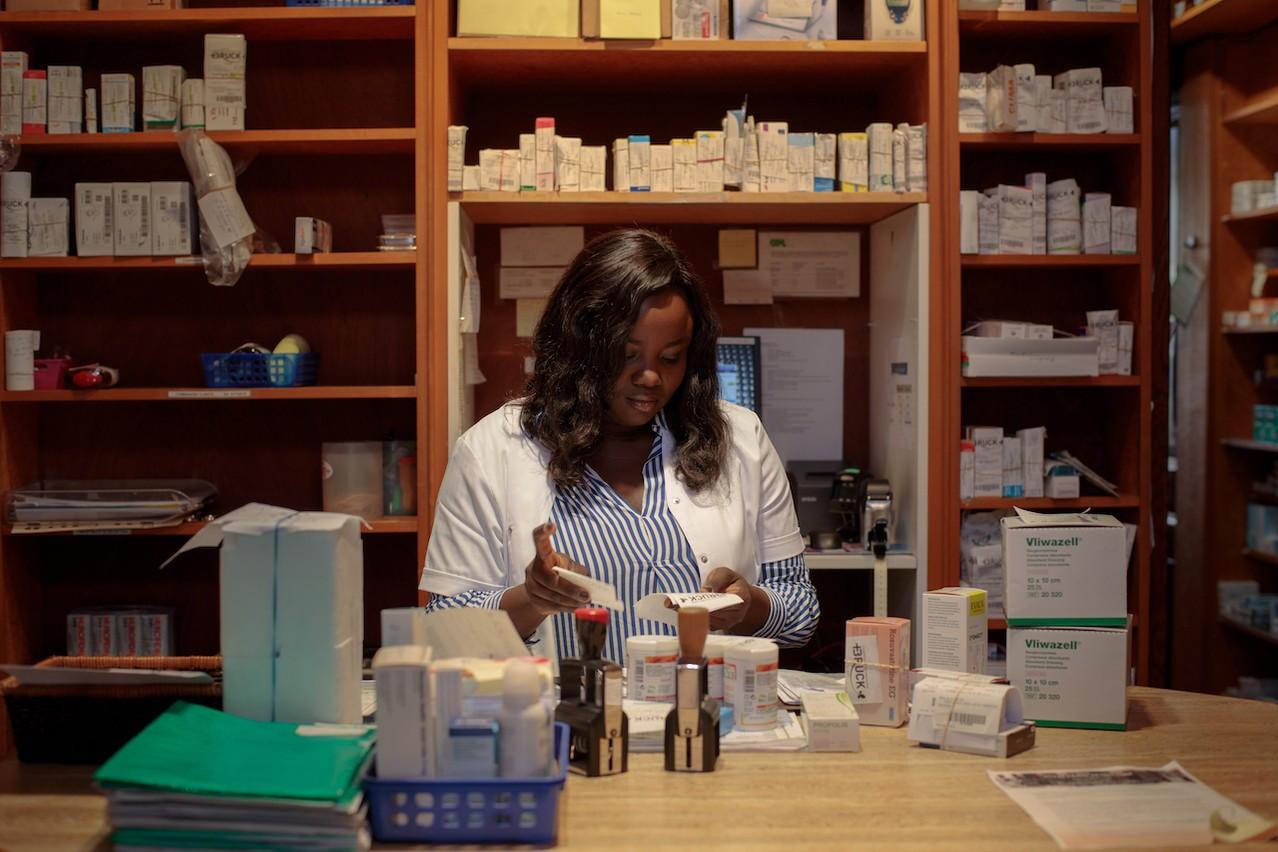 Seules les activités dites «essentielles» sont concernées par cette faculté d'annuler les congés déjà accordés, comme les pharmacies ou encore les services publics. (Photo : Matic Zorman / archives / Maison Moderne)