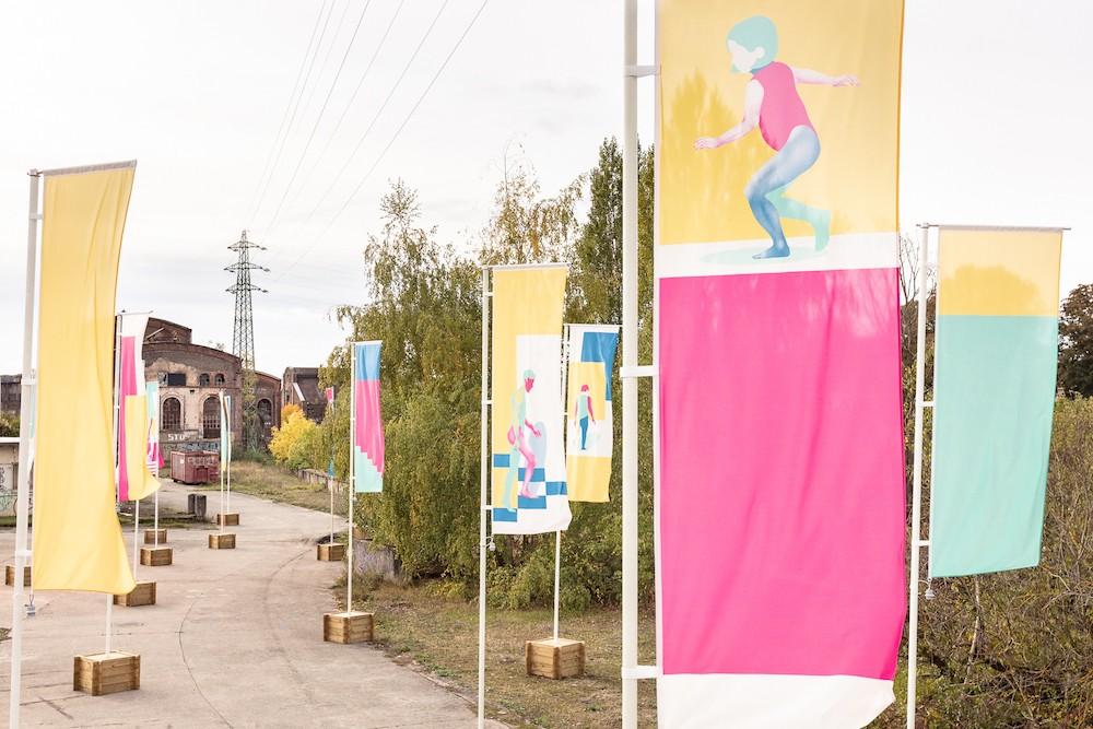 L'installation d'une «forêt» de 60 drapeaux par Julie Wagener, à l'entrée du site de la Rout Lëns, illustre le retour de la vie sur le site. (Photo: Boris Loder)