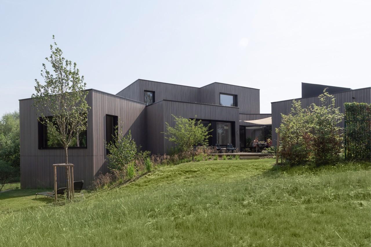 La maison se compose de huit blocs articulés sur un terrain en pente. (Photo: Bohumil Kostohryz)