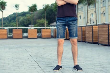 S'ils peuvent porter des chemises plus légères, les hommes peinent à sortir du combo pantalon-chaussettes-chaussures fermées. (Photo: Shutterstock)