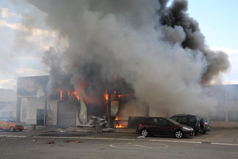 À Esch, l'explosion a eu lieu dans un local de stockage du restaurant-épicerie «Tutti Frutti». (Photo: CGDIS/Raymond Brausch)