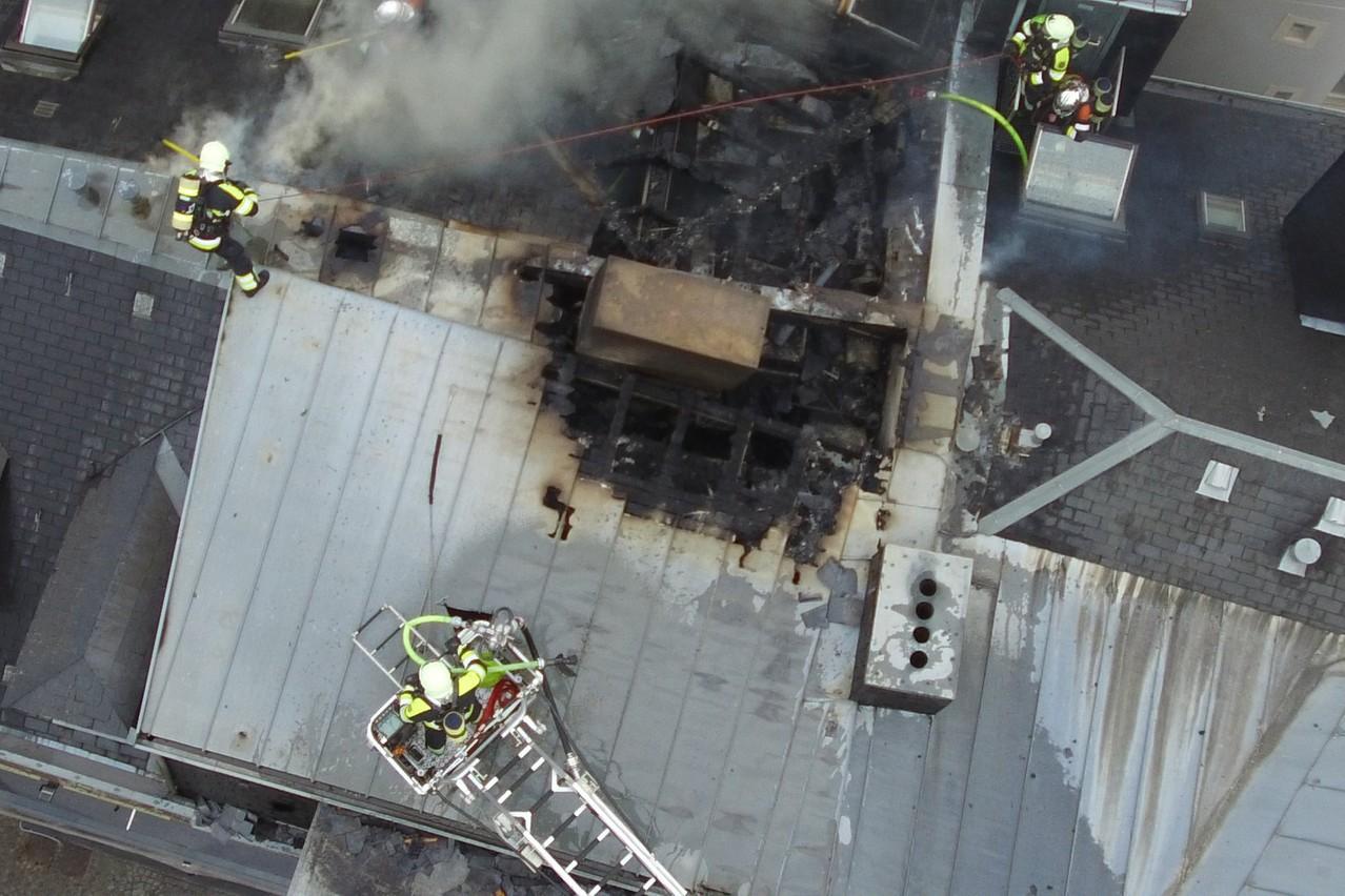 Le toit du bâtiment a été touché et devra être intégralement refait. (Photo: CGDIS)