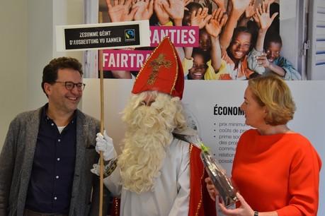 Jean-LouisZeien, président de Fairtrade Lëtzebuerg, et la ministrede la Coopération et de l'Action humanitaire, et de la Protection des consommateurs PauletteLenert entourent ici le saint Nicolas, qui a apporté du chocolat issu du commerce équitable. (Photo:Fairtrade Lëtzebuerg)