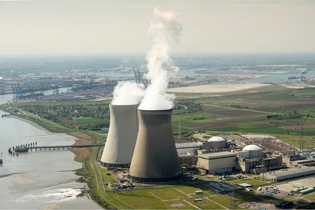 Les réacteurs de la centrale de Doel, dans le port d'Anvers, ont été modernisés afin de pouvoir fonctionner jusqu'en 2025. Mais la CJUE considère que les travaux auraient dû être précédés d'une évaluation environnementale. (Photo : Shutterstock)