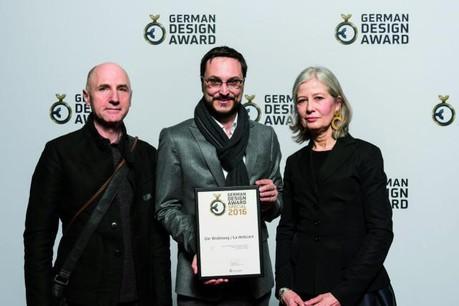 Albert Seyser et Babeth Neiers (Rose de claire) entourent l'heureux directeur du CNL, Claude D. Conter. (Photo: Lutz Sternstein)
