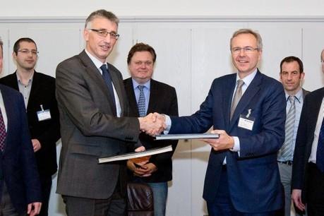 Prof. Rainer Klump, recteur de l'Université du Luxembourg, et Georges Rassel, directeur général de Paul Wurth, signent l'accord de partenariat. (Photo: Paul Wurth)
