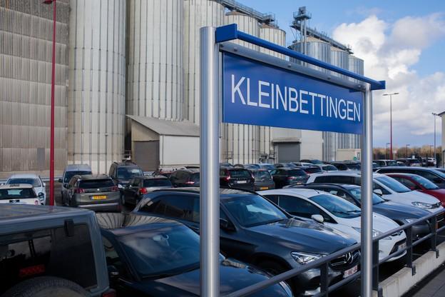 À Kleinbettigen, les places sont assez peu nombreuses autour de la gare et très vite occupées. «Pour le moment, les CFL y mènent toujours des travaux», informe le bourgmestre GuyPettinger. «Mais une fois ceux-ci terminés, il n'y aura qu'une dizaine de places en plus par rapport au quota déjà disponible. Ce n'est évidemment pas assez.» (Photo: Matic Zorman/Maison Moderne)