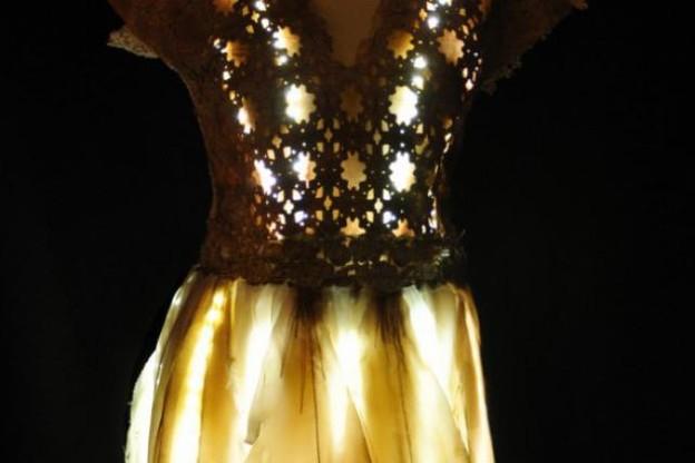 Une robe lumineuse par des stylistes luxembourgeoises va-t-elle porter Thorunn vers le succès ? Photo : Vol(t)age