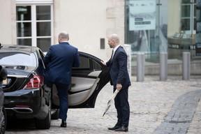 Au moment de monter dans sa voiture pour rejoindre le palais. ((Photo: Jan Hanrion/Maison Moderne))