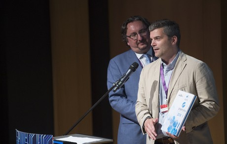 Pour Jonathan Prince (Finologee), ici devantJean Diederich (Apsi), l'intégration de la luxembourgeoise Finologee dans les solutions fournies par la suisse New Access s'inscrit dans une tendance européenne. (Photo: Anthony Dehez/Archives Paperjam)