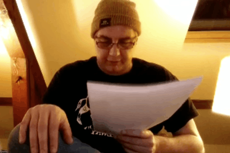 En ce mercredi 25 mars, l'auteur Francis Krips lit ses textes depuis chez lui, coiffé d'un bonnet et arborant un T-shirt avec un gros sanglier des Ardennes. (Photo: Capture d'écran/Facebook)