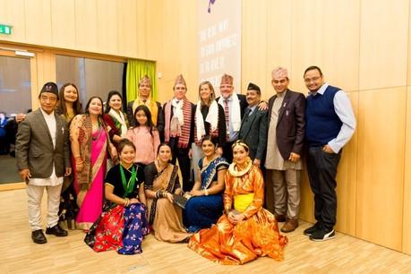 FrançoisPrum (6e à gauche) succède à GuyAach comme consul honoraire du Népal au Luxembourg. (Photo: Marie De Decker)