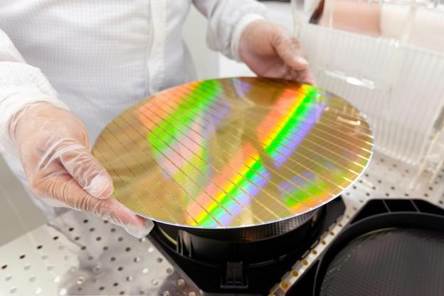 Au lieu des gaufres traditionnelles, plates et sur lesquelles les géants du secteur font des gravures de plus en plus fines (voir photo), la gaufre en 3D sera pleine de petits trous remplis de matériaux afin de transmettre et stocker de l'énergie. (Photo: Shutterstock)