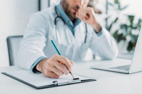 Les médecins généralistes sont fortement sollicités pour le moment, avec souvent deux fois plus d'appels qu'habituellement. (Photo: Shutterstock)