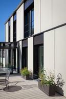 La façade est sobre, réalisée en panneaux de fibro-ciment. ((Photo: Steve Troes))