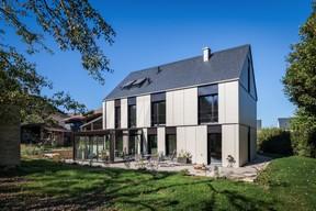 À l'arrière, la maison est complétée par une véranda et une terrasse. ((Photo: Steve Troes))