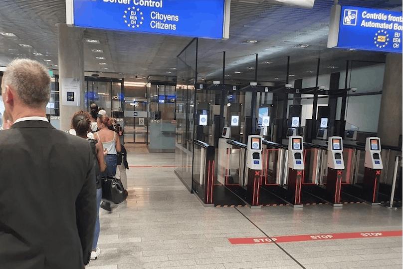 De longues files peuvent se former au moment du contrôle des passeports. (Photo: Paperjam)