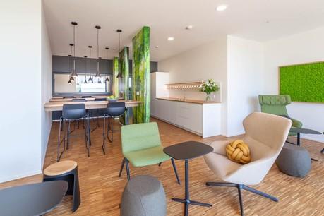 Dans le bâtiment d'IEE, les cuisines offrent des espaces pour se détendre et travailler de manière conviviale. (Photo: Belvedere Architecture)