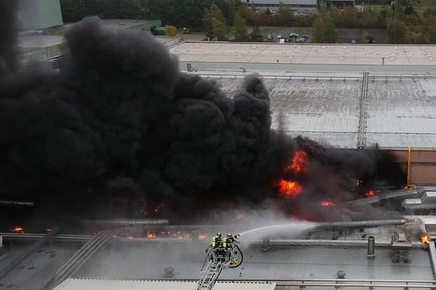 Plus de 80 pompiers ont été envoyés sur place pour lutter contre les flammes d'Euro-Composites. (Photo: CGDIS)