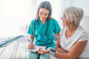 La pandémie de coronavirus montre leur importance. Il manque près de 6 millions d'infirmiers et d'infirmières (neuf sur dix sont des femmes) dans le monde, selon l'OMS. (Photo: Shutterstock)