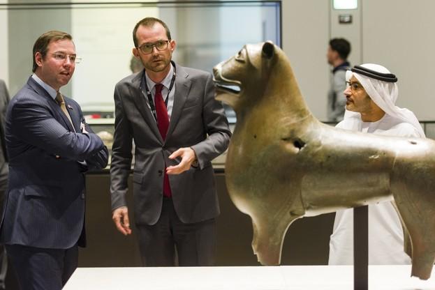 Le Grand-Duc héritier et ManuelRabaté, directeur du Louvre Abu Dhabi, pendant la visite de la délégation au musée. (Photo: SIP)
