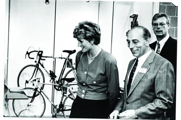 En 1993, Tommy Kontz présente à Lady Di les vélos anglais Raleigh, deux années avant le début de la commercialisation des voitures anglaises. (Photos: Arnold Kontz Group)
