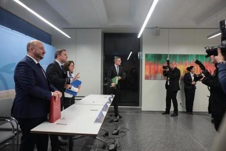 Parmi les 246 pages de l'accord de coalition signé lundi soir entre représentants du DP, du LSAP et de Déi Gréng, 16 sont consacrées aux mesures envisagées pour l'économie. (Photo: Matic Zorman)