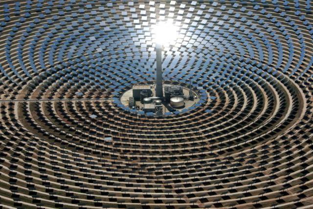Le volume d'électricité produit par les panneaux photovoltaïques varie même selon l'heure de la journée et cesse à la nuit tombée. (Photo: DR)