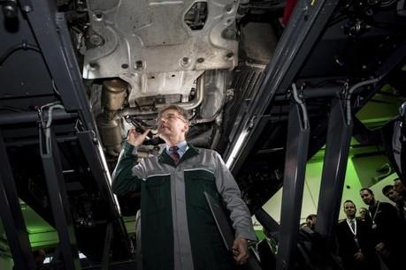 Thomas Reuter, directeur technique de Dekra, a symboliquement effectué le premier contrôle technique d'un véhicule au Luxembourg lundi, lors de l'inauguration du centre de Bertrange. (Photo; Nader Ghavami)