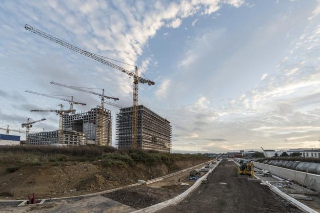 Les grues cèdent peu à peu la place aux cols blancs sur le vaste chantier de la Cloche d'Or. (Photo: Anthony Dehez / archives)