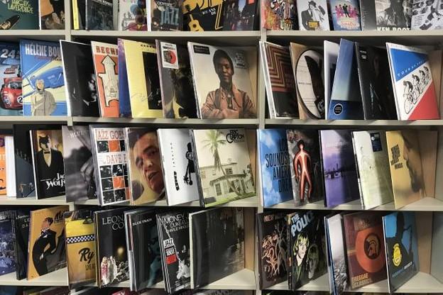 Sur les étagères, les BD ont fait place à une sélection de disques vinyle. (Photo: DR)