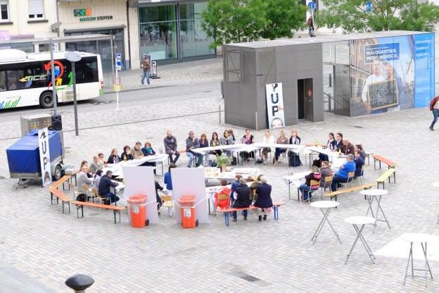 La «Table de midi» organisée le 13 juin par Up Foundation sur la place du Marché à Esch-sur-Alzette avait réuni une trentaine d'acteurs locaux et nationaux. (Photo: Facebook / Up Foundation)