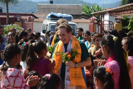 François Prum au milieu des jeunes femmes soutenues au travers de programmes d'éducation au Népal. (Photo: DR)