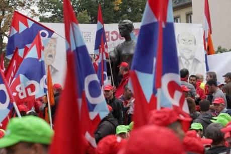 Les salariés arrêtent la production pour protester contre les fermetures d'usines. (Photo : Luc Deflorenne/archives)