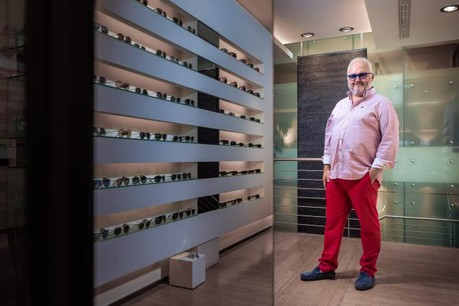 Maurice Léonard devant «son» rayon chez un opticien de Luxembourg-ville. (Photo: Edouard Olszewski)