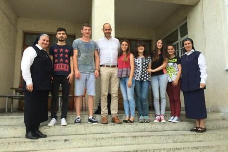 Jos Sales en Roumanie, au milieu des étudiants et des sœurs les encadrant sur place. (Photo: DR)