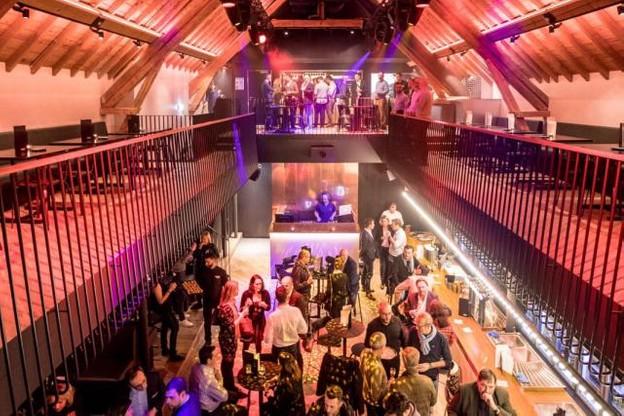 Le rez-de-chaussée offre un grand bar en bois, des coins VIP, une cabine de DJ et un équipement high-tech. C'est l'espace dédié pour faire la fête et profiter des afterworks. (Photo: Knokke Out)