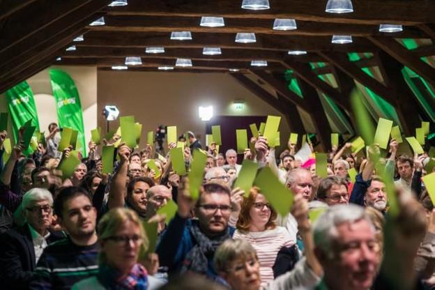 Les gagnants du scrutin du 14 octobre ont brandi leurs fiches aux couleurs du parti pour approuver largement cette deuxième participation gouvernementale. (Photo: Mike Zenari)