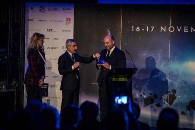 Étienne Schneider s'est vu remettre, jeudi, une pièce du lanceur réutilisé de SpaceX qui mis sur orbite un satellite de SES, en présence de Karim Michel Sabbagh, CEO de SES, et Gwynne Shotwell, présidente de SpaceX. (Photo: Mike Zenari)