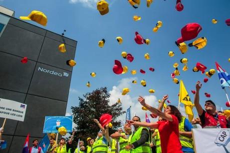Pour marquer leur opposition au plafonnement des indemnités extralégales, salariés et représentants des syndicats ont lancé leur casquette, symbole de ces «caps». (Photo: Matic Zorman)