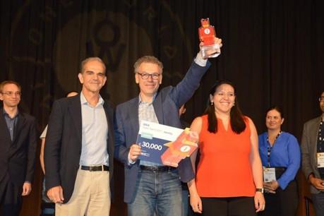 Le fondateur de SnapSwap, Denis Kiselev, lors de la remise du prix à Washington. (Photo: BBVA)