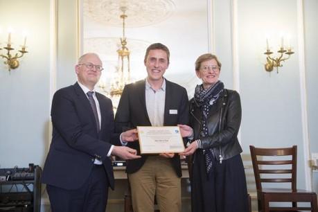 Antoine Hubert a reçu le prix Upgrade des mains de la présidente du jury Christianne Wickler et du gouverneur de la province de Luxembourg, Olivier Schmitz. (Photo: Anthony Dehez)