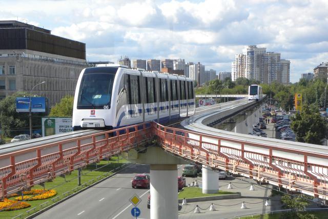 monorail_moskau_-_einfahrt_in_station_telezentrum.jpg
