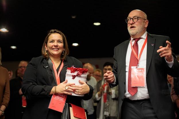 Changement de génération, changement de style. André Roeltgen (à droite) passe le relai à Nora Back, mais le fond du discours sera dans la continuité de la tradition syndicale. (Photo: Matic Zorman)