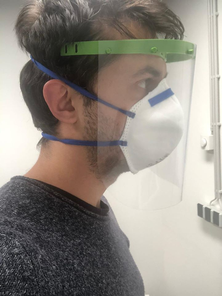 Après avoir imprimé le support pour la tête grâce à l'imprimante 3D, il suffit de monter la feuille en plexi pour en faire un masque de protection. (Photo: Metaform Architects)