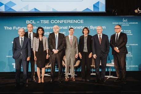 Les panellistes de gauche à droite: Claudio Borio (BIS), Jean Tirole (Toulouse School of Economics), Gita Gopinath (FMI), Gaston Reinesch (BCL), Maurice Obstfeld (University of California, Berkeley), Hélène Rey (London Business School), Philip Lane (BCE) et Benoît C œ uré (BCE). (Photo: BCL)
