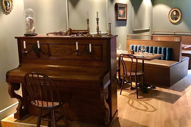 Un piano d'époque, une déco vintage de bon goût: le Bistro Le Duc est chaleureux, et il fait bon y prendre le temps... (Photo: Maison Moderne)