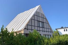 Sur la route qui mène de Pétange à Käerjeng, cette maison a vu son toit s'envoler complètement. ((Photo: Paperjam))